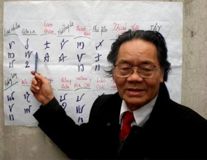 Do Van Xuyen explains the ancient Vietnamese scripts