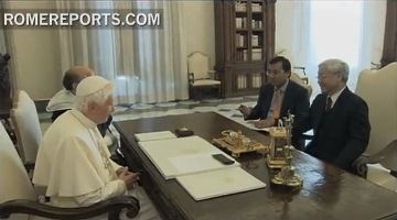 Pope Benedict XVI meets with VCP's GS Nguyen Phu Trong. Photo by RomeReports.com.