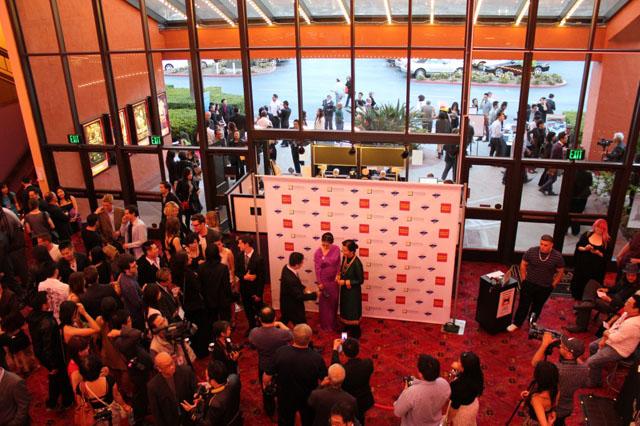 Cảnh bên trong và bên ngoài rạp Edwards Cinemas trong khuôn viên trường đại học UC Irvine tại buổi khai mạc Đại Hội Điện Ảnh Việt Nam Quốc Tế ngày 4/4/2013 - Inside and outside Edwards Cinemas, UC Irvine, on the Opening night of ViFF, April 4, 2013.