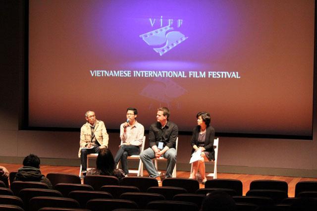 Trao đổi với đạo diễn Andy Dejohn (giữa phải) về phim Sữa Mẹ (Mother's Milk) và Giám Đốc Yxine Marcus Vũ Mạnh Cường (giữa trái).
