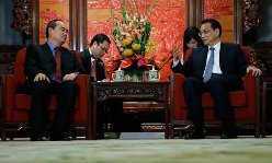 U.S.-educated Nguyen Thien Nhan (l)