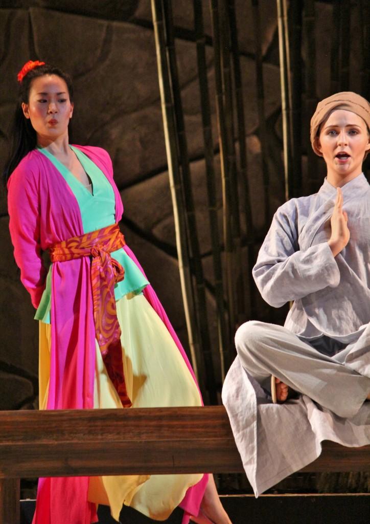 Thị Mầu (Angela Yoon) - Tiểu Kính Tâm (Veronica Jensen). Photo: Anvi Hoàng.