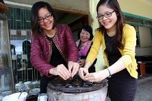 Sisters Helen Le  and Le Ha Uyen
