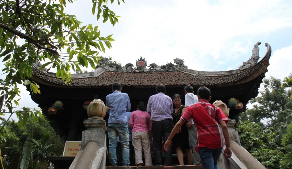 Chen chân ở Chùa Một Cột, Hà Nội / The crowd at One Pillar pagoda, Hà Nội. Photo: Anvi Hoàng