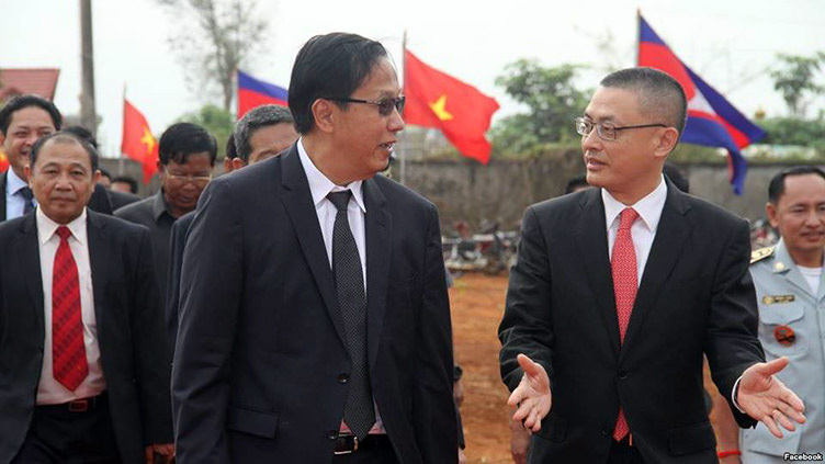 Mr. Pan Sorasak, Cambodia's minister of commerce (left) and Vietnamese ambassador to Cambodia Vu Quang Minh