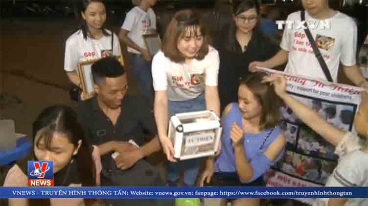 Tran Phuong Anh and volunteers raise money for those who cannot afford medical expenses