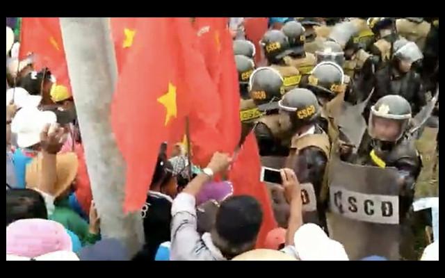 Police blocks protesters
