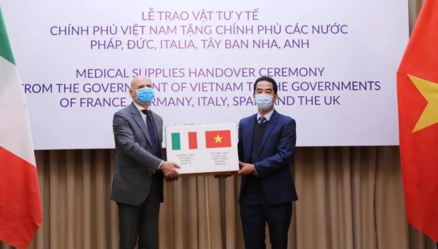 Vietnam donates masks to EU